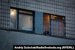 Чоловік курить за гратами вікна одного з корпусів лікарні
