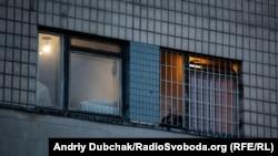 Пацієнт у вікні з ґратами. Київська міська психіатрична лікарня №1 імені І. Павлова