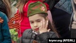 Маленькая девочка на военном параде в Севастополе, 9 мая 2019 года