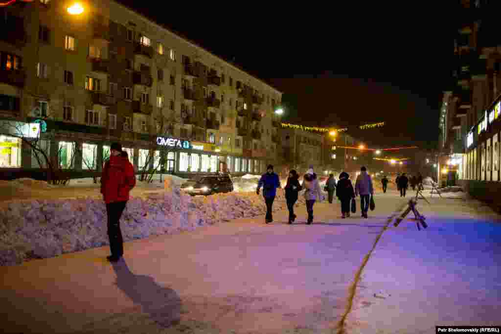 A street in central Vorkuta at night
