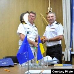 SКомандувач SNMG2 Боудемін Бутс (зліва) і командувач ВМС ЗС України Ігор Воронченко, 23 липня 2018 року