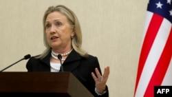В самом деле, в Ереване и в Баку Хиллари Клинтон ограничилась дежурными фразами о том, что нагорно-карабахский конфликт не имеет силового решения