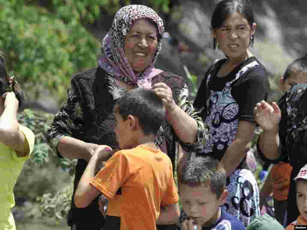 Od početka sukoba u više od 100.000 izbjeglica Uzbeka, uglavnom žena i djece tražilo je spas u Uzbekistanu
