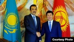 Қазақстан премьер-министрі Кәрім Мәсімов (сол жақта) пен Қырғызстан премьер-министрі Темір Сариев.