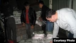 Сотрудники спецслужб производят в типографии арест тиража газеты «Республика». Алматы, 18 сентября 2009 года.