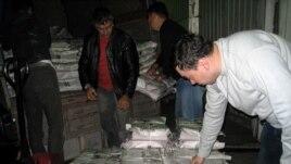 Судебные исполнители производят арест тиража газеты «Республика» в типографии. Фото предоставлено редакцией газеты «Республика». Алматы, 18 сентября 2009 года.