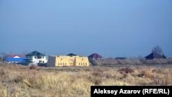 Еще в марте 2016 года эксперт Наталья Душкина обратила внимание на бесконтрольное строительство коттеджей вблизи границы Тальхиза. Алматинская область, 8 ноября 2016 года.