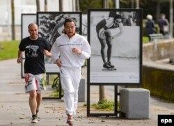 КЭРдин Тышкы иштер министри Ван И(оңдо) Лузанадагы сүйлөшүүдөн соң желип жүгүрүп баратат. 30-март, 2015-ж.