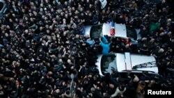 Улуттук китепкананын маңдайында митингчилер депутаттарга чабуул коюшууда, 8-февраль, 2013