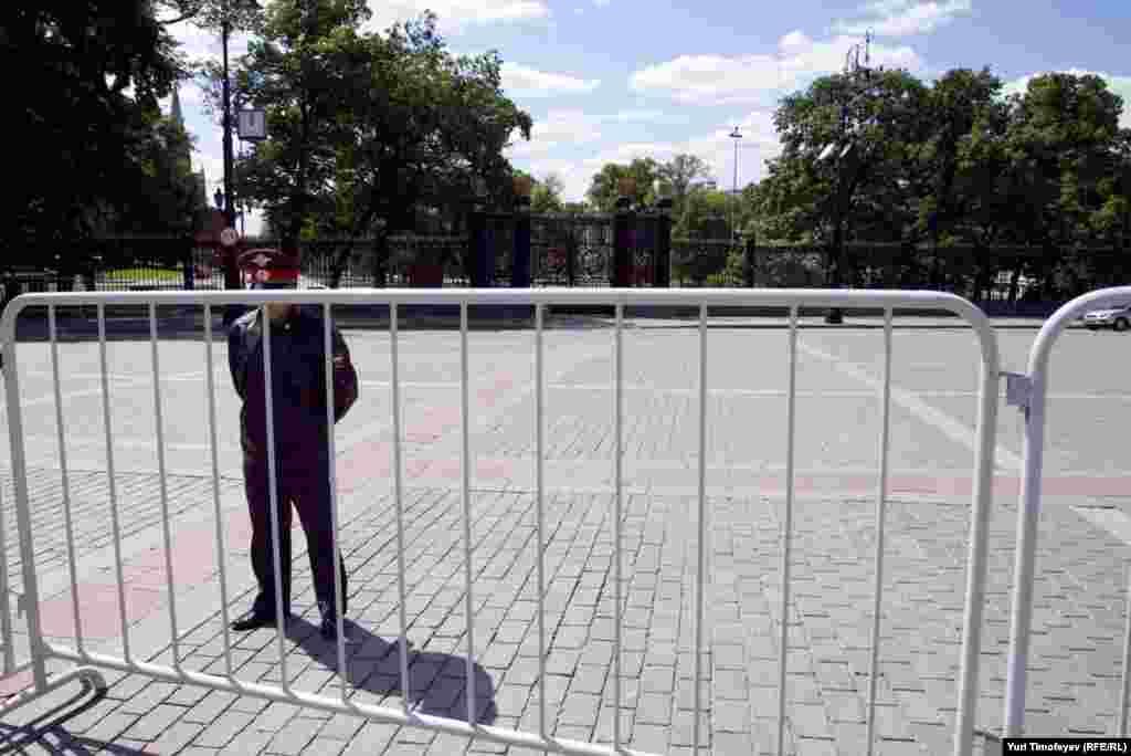 Александровский сад закрыт под официальное мероприятие выпускников Кадетского корпуса