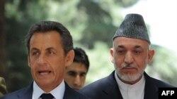 Президенты Франции Николя Саркози (слева) и Афганистана - Хамид Карзай (справа). Кабул, 12 июля 2011 года.