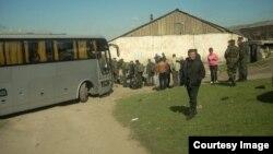 Волонтери евакуюють українських військових з Перевального, 31 березня 2014 року