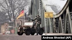 ABŞ-ın hərbi patrulu Berlin yaxınlığındakı Qlinike körpüsündə
