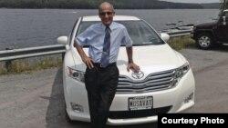 """Рамис Юнус и его автомобиль с номерами """"MUSAVAT"""", США"""