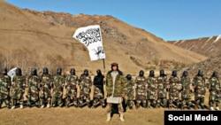 Как предполагается, на фото — таджикские боевики в Афганистане с флагом «Талибана»