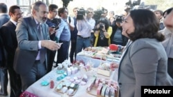 Armenia - Prime Minister Nikol Pashinian talks to a trader while visiting a Syrian-Armenian arts and crafts fair in Yerevan, 17 October 2018.