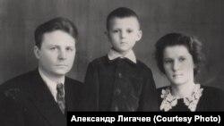 Егор и Зинаида Лигачевы с сыном Сашей. Новосибирск. Начало 1950-х