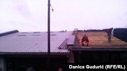 Radnici popravljaju krov