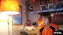 Сирота Виталий Ильин живет в подвале многоэтажной хрущевки. Уральск, 25 января 2010 года.