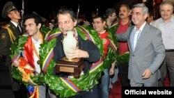 Հայաստանցի շախմատիստները վերադառնում են Չինաստանի Նինգբո քաղաքից, որտեղ նվաճել են աշխարհի չեմպիոնի կոչումը, Երեւան, 27-ը հուլիսի, 2010թ.