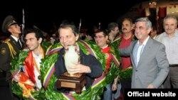 Президент Армении Серж Саргсян встречает шахматистов, вернувшихся с победой с командного чемпионата мира в Нингбо, Китай. (Ереван, 27 июля, 2011 г.)