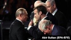 Vladimir Putin (solda) və Emmanuel Macron