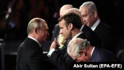 За заявою Еммануеля Макрона (праворуч), він планує обговорити з Володимиром Путіним питання безпеки та зміни клімату