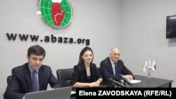 Слева направо: исполнительный секретарь ВААК Инар Гицба, шеф-редактор Амина Лазба, член Высшего совета конгресса Вячеслав Чирикба