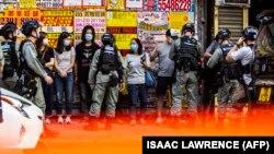 اعتراضات در خود هنگکنگ به آنچه نابودی گام به گام خودمختاری منطقه توصیف میشود مدتهاست که ادامه دارد، در روزهای اخیر نیز پلیس با ممانعت از برگزاری راهپیمایی دهها تن را بازداشت کرده است