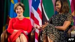На снимке: бывшая первая леди США Лора Буш и Мишель Обама