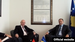 Ministri Enver Hoxhaj (djathtas) gjatë takimit me anëtarin e Bundestagut Rolf Hempelman