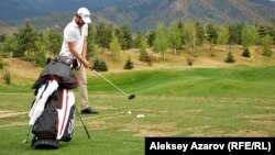 Участник турнира по гольфу Kazakhstan Open тренируется на поле. Алматы, 8 сентября 2012 года.