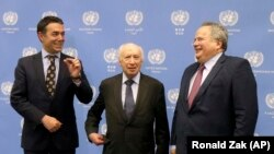 Nga e majta në të djathtë: ministri i Jashtëm i Maqedonisë, Nikolla Dimitrov, ndërmjetësi i OKB-së, Matthew Nimetz, dhe ministri i Jashtëm i Greqisë, Nikos Kotzias. Vjenë, 25 prill, 2018.