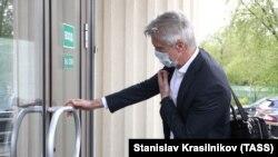Американский инвестор Майкл Калви у входа в здание Мосгорсуда, где рассматривают ходатайство следствия о продлении домашнего ареста. 7 мая 2020 года.