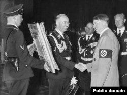 Heinrich Himmler Adolf Hitler-ə ad günündə hədiyyə kimi rəsm əsəri təqdim edir, 1939