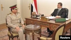 Абдель-Фатах ас-Сісі (л) і Мохаммед Мурсі (п), архівне фото