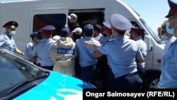 Задержание собравшихся на площади в Кызылорде. 6 июня 2020 года.