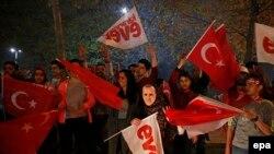 Sprijinitori ai președintelui turc sărbătoresc rezultatul referendumului, Istanbul, 16 Aprilie 2017