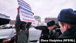 Дмитрий Негодин во время пикета около Законодательного собрания Петербурга