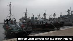 Тральщик «Геническ» (крайний слева). Фото из личного архива капитана 1 ранга ВМСУ Виктора Шмигановського