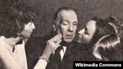 Знаменитый писатель Хорхе Луис Борхес среди своих поклонниц. Аргентина