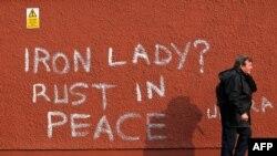 Графіті в Белфасті після смерті Маргарет Тетчер у 2013 році: «Залізна Леді? Іржавій із миром».