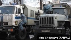 Усиленные наряды полиции стянуты в центр Москвы