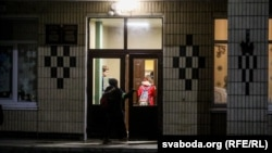 Вучні раніцай ідуць на заняткі ў 2-ю стаўпецкую школу
