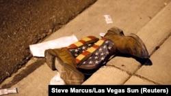 Пара ковбойских сапог лежит рядом с местом массового расстрела людей на концерте кантри-музыки в Лас-Вегасе, 1 октября 2017 года