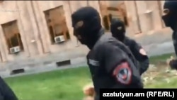 Դիմակավորված ոստիկանը գետնին է շպրտում «Ազատության» տեսախցիկը, 22-ը ապրիլի, 2018թ․