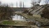 Тайганское и Белогорское водохранилища разделяет дамба.