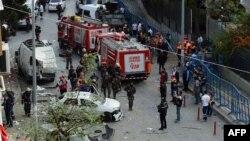 Архивска фотографија: Пожарникари и војници на местото на бомбашки напад во Истанбул на 6 октомври 2016