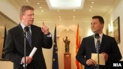 Премиерот Никола Груевски и еврокомесарот за проширување Штефан Филе
