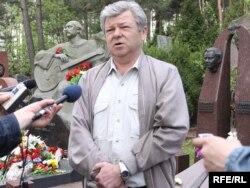 Віктар Купрэйчык на магіле Васіля Быкава, 7 траўня 2010 году